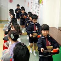卒園茶会で保護者にお点前を披露する園児たち=唐津市北城内の昭和学園