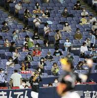 プロ野球のオリックスとソフトバンクの試合を間隔を空けて観戦するファン=7月18日、京セラドーム
