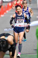 ハーフマラソン一般女子で7年ぶりの優勝を飾った吉冨博子(メモリード)=鹿島市林業体育館前(撮影・米倉義房)