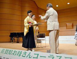 丸山繁雄連盟会長から表彰を受ける北原香菜子(左)ら受賞者=佐賀市文化会館
