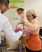 8周年イベントで手作りクッキーを配るスタッフ=佐賀市役所のかささぎ食堂