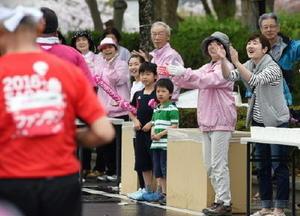 給水のボランティアも一緒になって応援=佐賀市の佐賀城本丸歴史館前(今年4月の大会から)