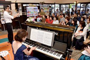 ピアノの設置を記念して開かれたコンサート=小城市のJR小城駅