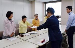 山口祥義知事に再稼働同意の撤回などを求める市民団体のメンバー(左の列)=佐賀県庁