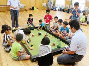 若楠公民館の夏休みチャレンジ教室の様子。北陵高の生徒を招き、子どもたちとロボットゲームを楽しんだ=昨年7月、提供