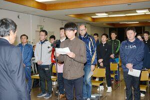 選手宣誓で決意を述べる山口忠大選手=有田町生涯学習センター