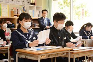記事や動画を見た後、保護者からの手紙を読む生徒たち=唐津市の肥前中