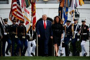 11日、米ホワイトハウスでの中枢同時テロの追悼行事に出席したトランプ大統領(中央左)とメラニア夫人(AP=共同)