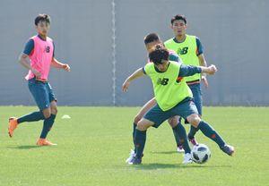 川崎戦に向けた練習で、ボールをキープするDF小林(右)=22日、鳥栖市北部グラウンド