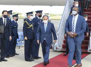 23日、米ワシントン郊外のアンドルーズ空軍基地に到着した菅首相(右から2人目)