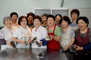 地区の特産品を巻いた「殿さま巻」を開発したJAさが西部支所女性部のメンバー=佐賀市開成の加工場