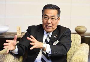 佐賀新聞社のインタビューに応じる佐賀銀行の坂井秀明頭取