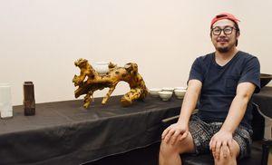 「伝統工芸とアートを組み合わせてオリジナル性を出していきたい」と話す宮尾造隆さん=佐賀市の高伝寺前村岡屋ギャラリー