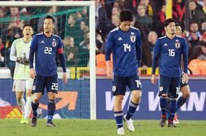 日本―ベルギー 後半、先制ゴールを許した吉田(22)ら日本イレブン=ブリュージュ(共同)