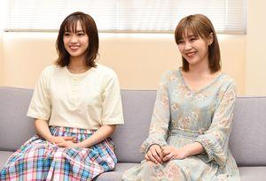 「佐賀空港を降りて、どこまでも広がる平野に気分が晴れた」と話すEーgirlsの鷲尾伶菜さん(右)と山口乃々華さん
