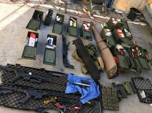 ホテル従業員の男の自宅から押収された武器(ロングビーチ警察提供、共同)