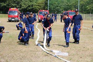 夏季訓練で行われた、ホースを手際よく広げる訓練=今年8月、大町町ボタ山わんぱく公園