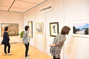 87人、約180点の多彩な作品を集めた小城美術工芸展=小城市のゆめぷらっと小城