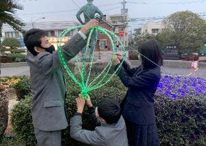 完成したイルミネーションを飾り付ける生徒=佐賀市の佐賀工業高校