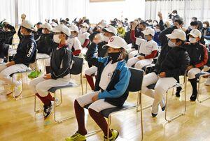 肘に負担をかけない投げ方を教わる参加者=伊万里市大川町の大川コミュニティセンター