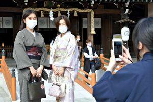 鈴花グループが制定した「和服の日」の初日、和服姿で記念撮影する鈴花商事の従業員=佐賀市の佐嘉神社