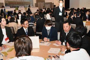 IT企業や佐賀で働くことについて意見交換する学生と企業担当者=佐賀市のロイヤルチェスター佐賀