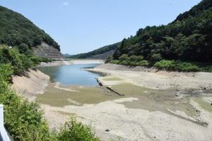貯水率が30%台に下がり、一部でダムの底が見えている繁昌ダム=武雄市朝日町