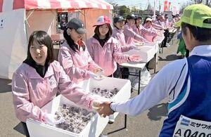過去のさが桜マラソンでランナーに配られたプチブラックモンブラン。大会中止を受けて大会事務局がフードバンクさがに寄付した