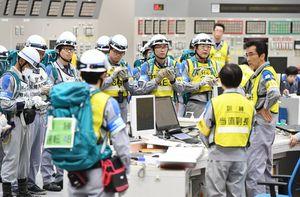 3、4号機で重大事故が発生したとの想定で、中央制御室で対応手順を確認する九電職員ら=東松浦郡玄海町の玄海原発