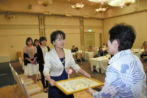 最優秀賞となり、表彰状を受け取るJAさが佐城地区の伊東仁美さん(右から2人目)=佐賀市のマリトピア