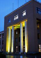 新規感染者1人の確認を受け、黄色くライトアップされた県庁=20日夜、佐賀市