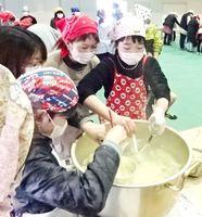 地元産品を生かして伝統のおろしばた汁を作る子どもたち=七浦小学校(提供写真)