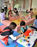 就園前の親子連れが多く利用している「とっこい子育て広場」。スタッフはシニア世代が務めている=みやき町の中原保健センター