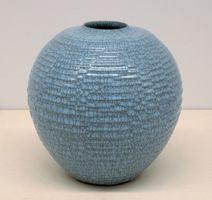 中島宏さんの「青瓷彫文壷」/中島宏さん作「青瓷彫文壷」