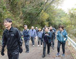 歩きながら自然の恵みや季節の移り変わりに気づく参加者たち=吉野ヶ里町