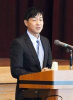 命の貴さを訴えた清水誠一郎さん=佐賀市の城西中学校