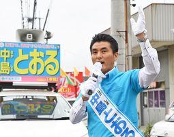 街頭に立ち、支持を訴える中島徹候補=佐賀市嘉瀬町