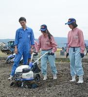 農業機械の取り扱いを学ぶ女子生徒たち=杵島郡白石町の佐賀農業高
