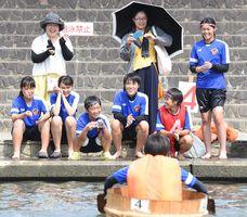 頑張れ頑張れ。仲間を鼓舞する神埼高校女子サッカー部員ら
