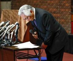 アメリカンフットボール部の反則問題について記者会見し、冒頭に謝罪する日大の大塚吉兵衛学長=25日午後、東京都千代田区