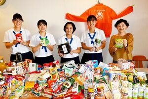 食材を集めてフードバンクさがに贈った「フィリア」の佐賀西高生たちと担当の堤文教諭(右端)=佐賀市のフードバンクさが事務所
