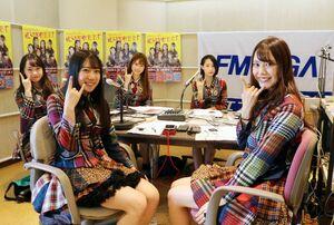 ラジオ収録をするHelloYouthのメンバー=佐賀市のFM佐賀