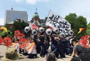 7日、栄の国まつり会場で演舞を見せるJR九州櫻燕隊=札幌市(提供)