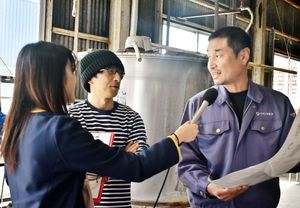 (右から)大和酒造の小川仁さんと池田明弘さんに話を聞くNBCラジオ佐賀の山田菜穂さん=佐賀市大和町の同酒造