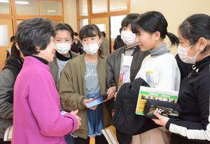 伊藤登志子さん(左)からボスニア・ヘルツェゴビナに関する話を聞く児童ら=唐津市の佐志小