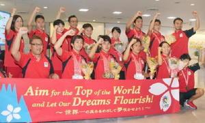 デフリンピックから帰国した水泳と空手の選手ら=29日、成田空港