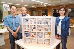 「ポップなカップ・コップ展」などへの来場を呼び掛ける大串惣次郎会長(左から2番目)ら=有田町の県陶磁器工業協同組合