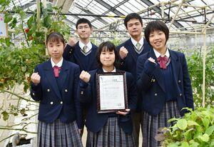 トマト栽培などの生産管理でJGAPの認証を受け、喜ぶ園芸科学科の生徒=佐賀市の高志館高校