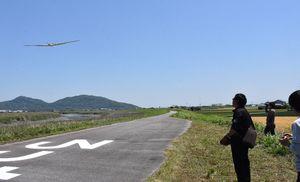 固定翼ドローンを操縦するオプティムの社員ら=白石町の六角川河川敷付近
