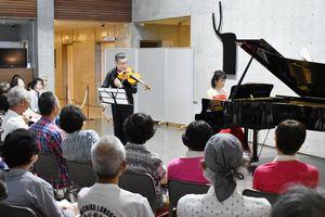 クラシックの名曲を披露したピアニストの小川典子さんとビオラ奏者の山下典道さん=伊万里市の前田病院